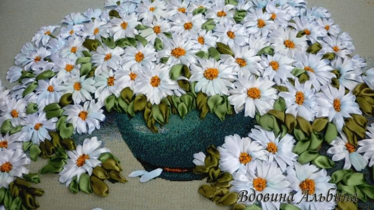 Вышивка ромашек из атласных лент