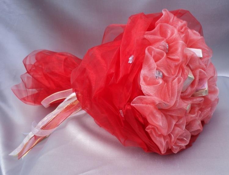 Розы из конфет и ткани своими руками 99