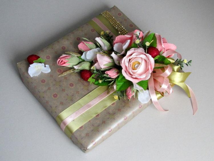 Коробка с цветами из конфет и чаем своими руками 95